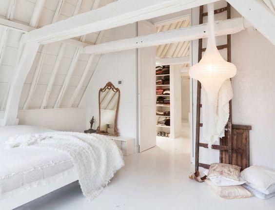 Witte gietvloer in slaapkamer met hout