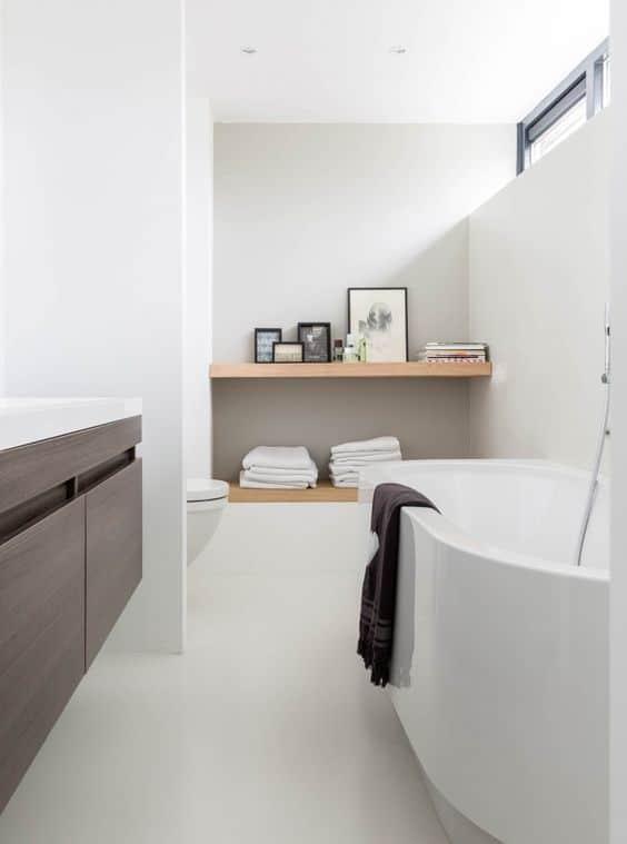 witte gietvloer in badkamer