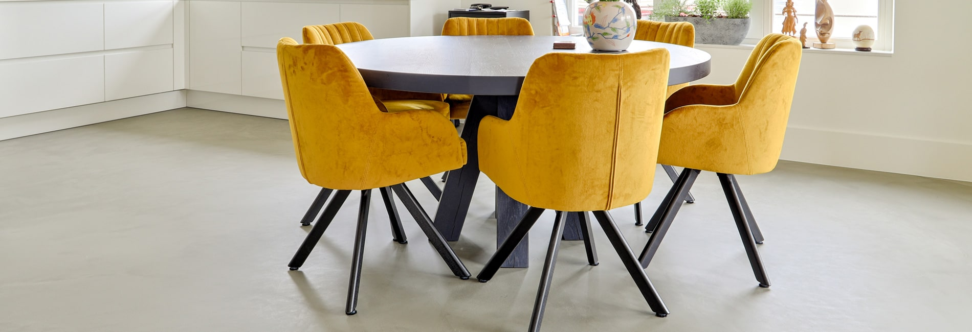 Design betonvloer in een woonkamer